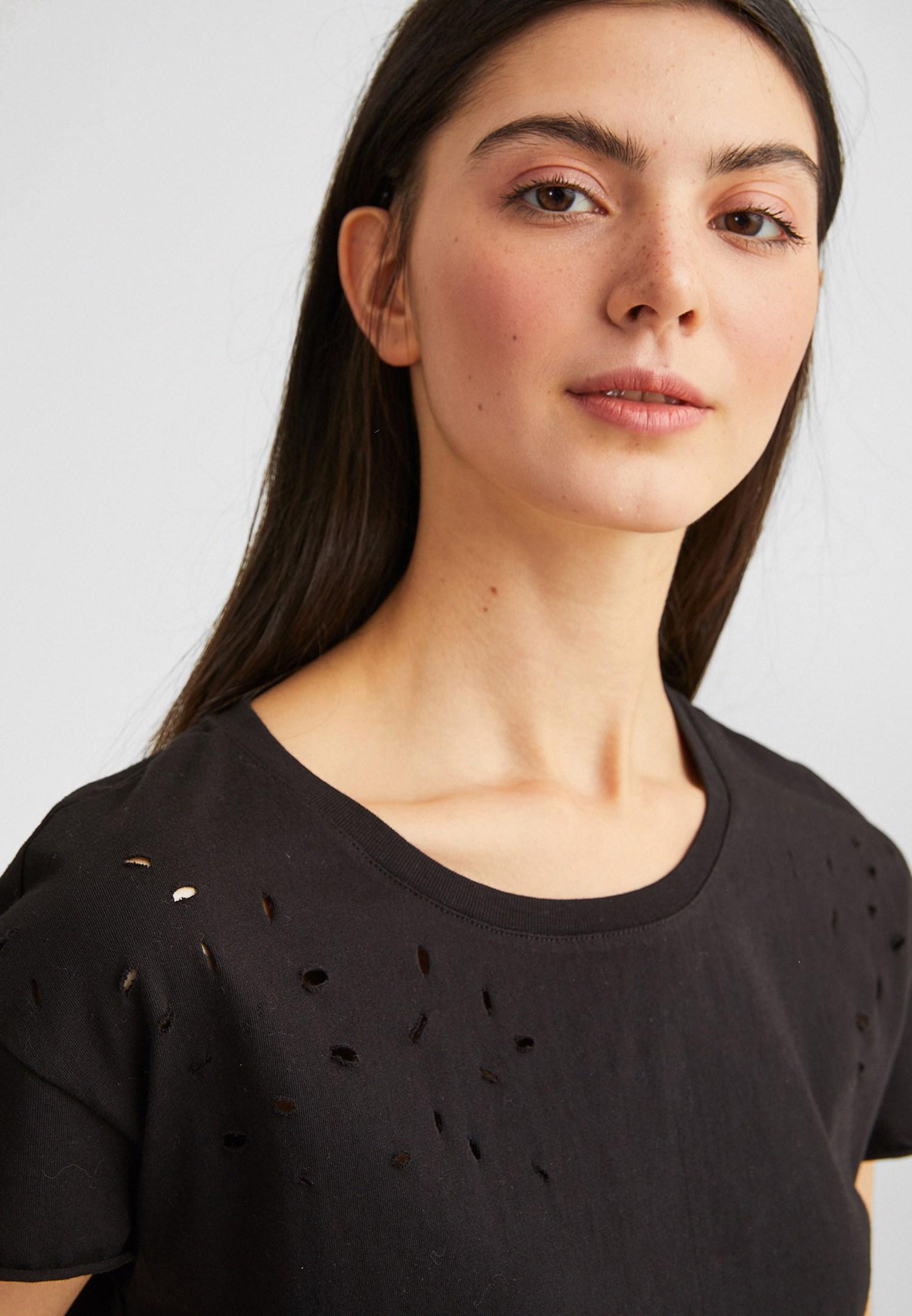 Bayan Siyah Yırtık Detaylı Kısa Tişört
