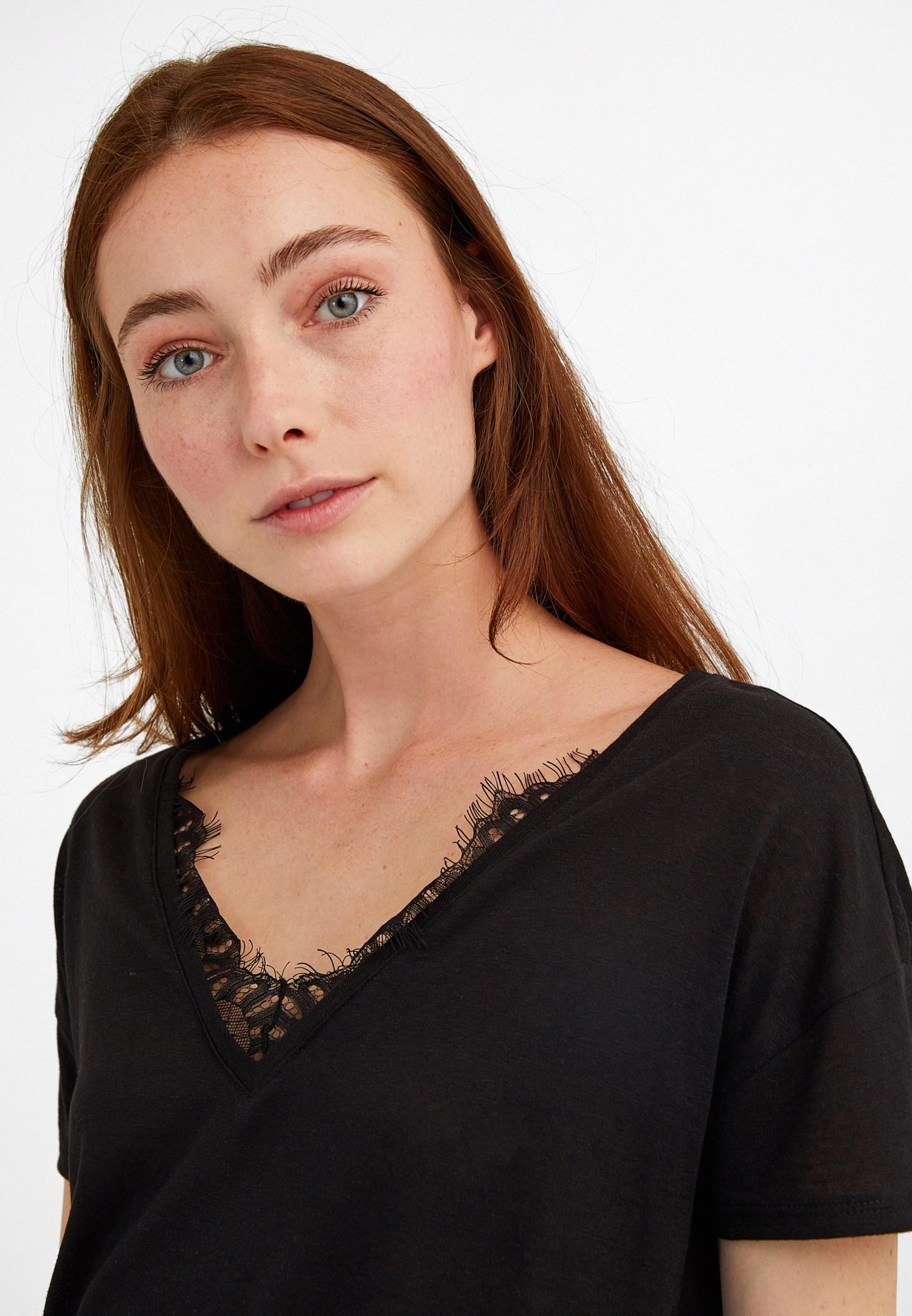 Bayan Siyah V Yaka Dantel Detaylı Tişört