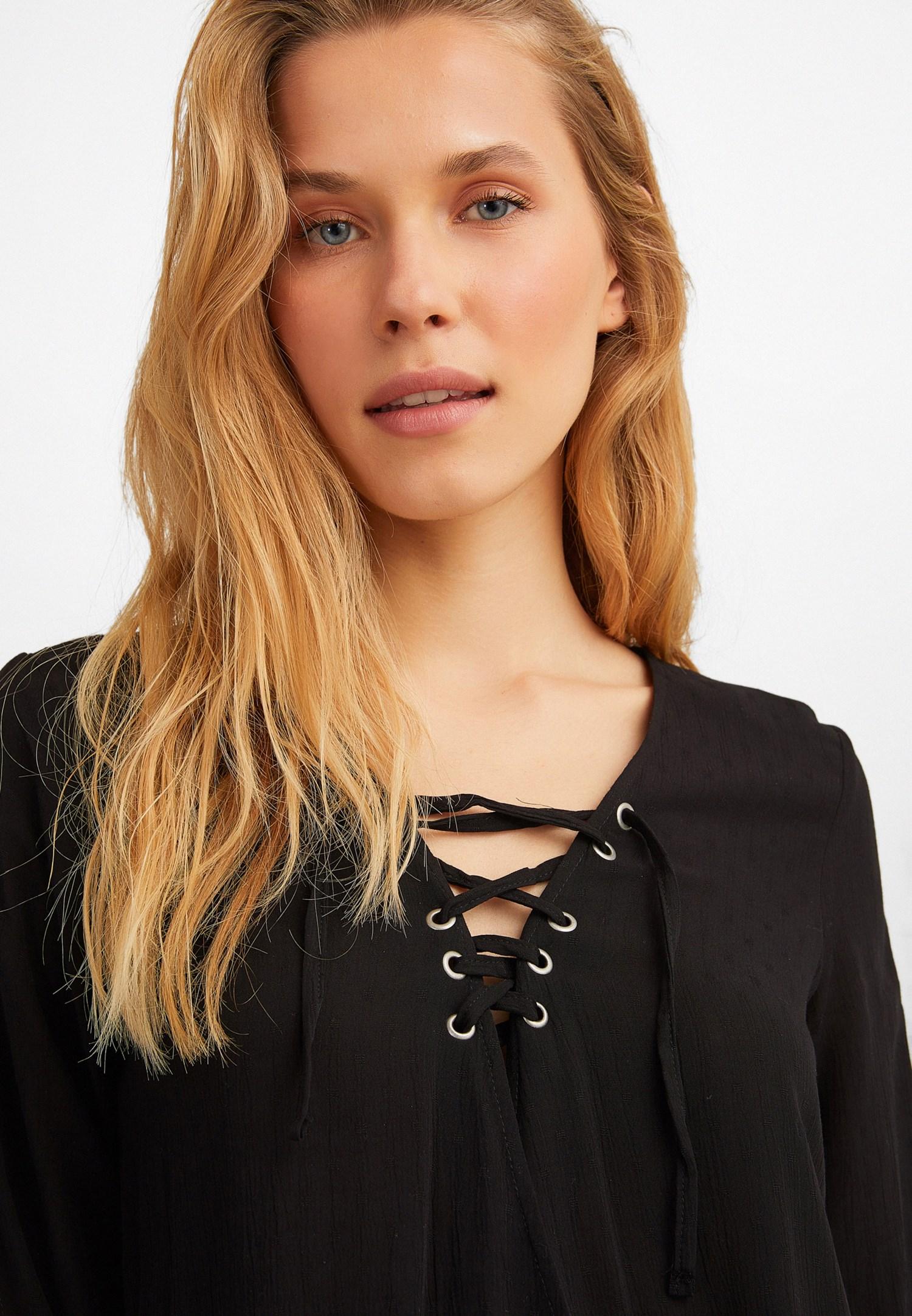 Bayan Siyah Bağlamalı ve Kol Detaylı Kruvaze Bluz